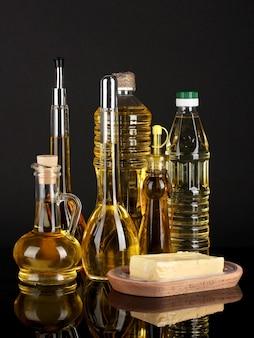 Różne rodzaje oleju na ciemnym stole