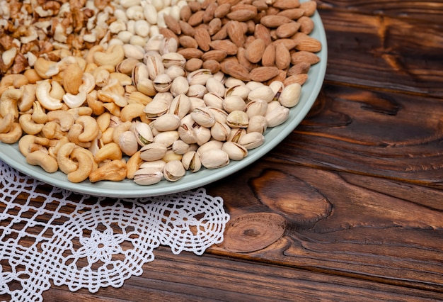 Różne rodzaje orzechów. orzechy włoskie, migdały, pistacje, orzechy nerkowca, orzeszki ziemne