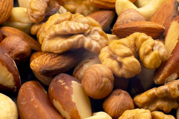 Różne rodzaje orzechów. zdrowa i białkowa żywność