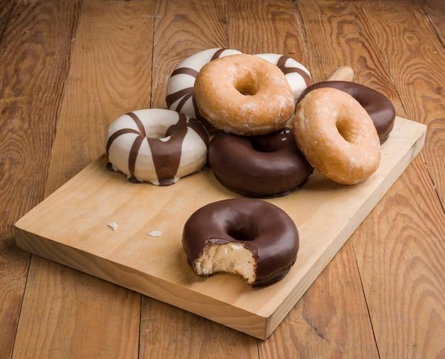 Różne rodzaje pączków na drewnianym stole