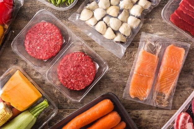 Różne rodzaje pakowanej żywności.