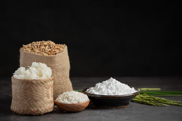 Różne rodzaje produktów z ryżu na ciemnej podłodze