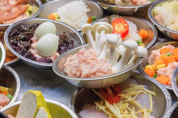 Różne rodzaje przekąski dim sum, w tym pierogi, tradycyjne chińskie jedzenie.