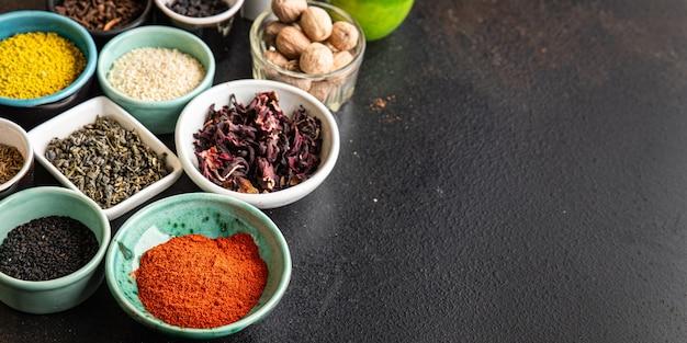 Różne rodzaje przypraw mieszanka przypraw ostre i pikantne zioła mielona przyprawa świeża porcja