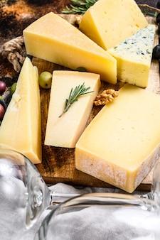 Różne rodzaje pysznego sera z orzechami włoskimi i oliwkami