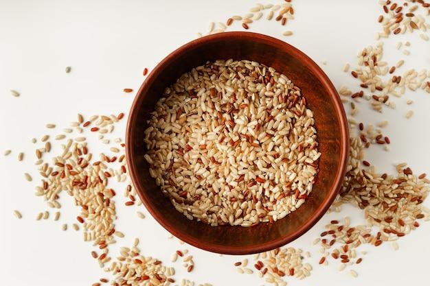 Różne rodzaje ryżu zmieszane razem w misce, widok z góry