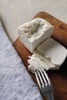 Różne rodzaje sera na desce do krojenia