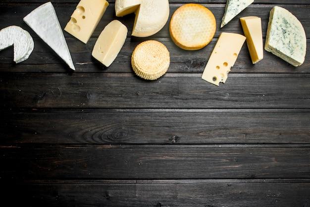 Różne rodzaje sera na rustykalnym stole