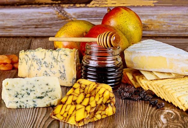 Różne rodzaje sera ze słoikiem miodu