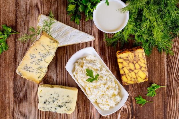 Różne rodzaje serów mlecznych, mleka i twarogu