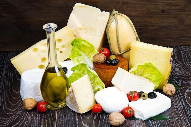 Różne rodzaje serów na drewnie