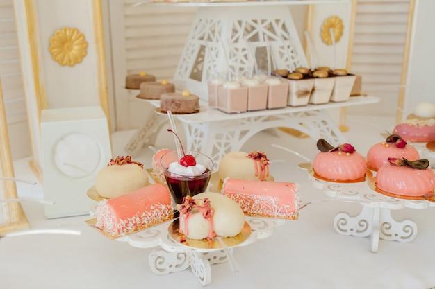 Różne rodzaje słodkich wypieków i innych deserów w słodkim bufecie