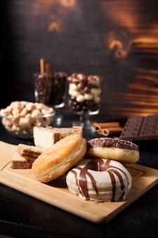 Różne rodzaje słodyczy na desce i tle