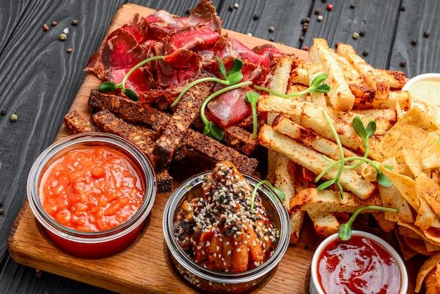 Różne rodzaje smażonych przekąsek, grzanek, mięsa