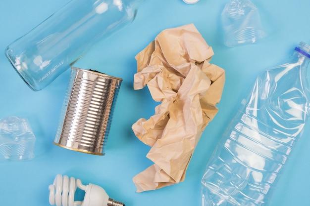 Różne rodzaje śmieci na niebieskim tle