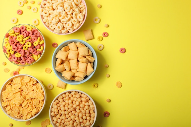 Różne rodzaje śniadań kukurydzianych na zbliżenie na stole