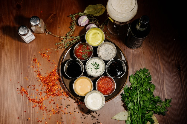Różne rodzaje sosów i olejów w miskach, widok z góry
