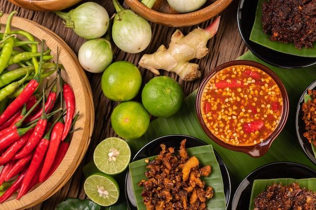 Różne rodzaje sosu chili w filiżance ze składnikami do przyrządzenia