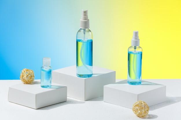 Różne rodzaje środków dezynfekujących do ochrony przed koronawirusem lub chorobą grypową