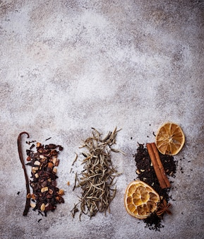 Różne rodzaje suchej herbaty. selektywne skupienie