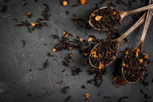 Różne rodzaje suchej herbaty w łyżkach