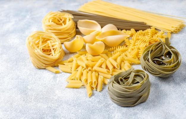 Różne rodzaje surowego makaronu