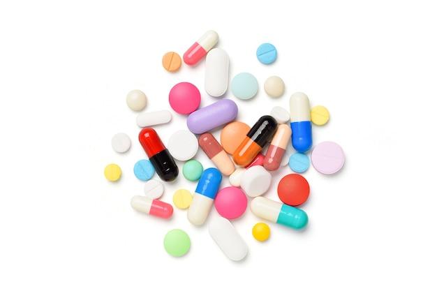 Różne rodzaje tabletek na białym tle