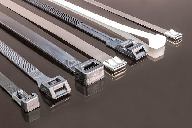 Różne rodzaje zacisków do mocowania przewodów elektrycznych. wylewki plastikowe i metalowe. elektryk. budowa. skopiuj miejsce.