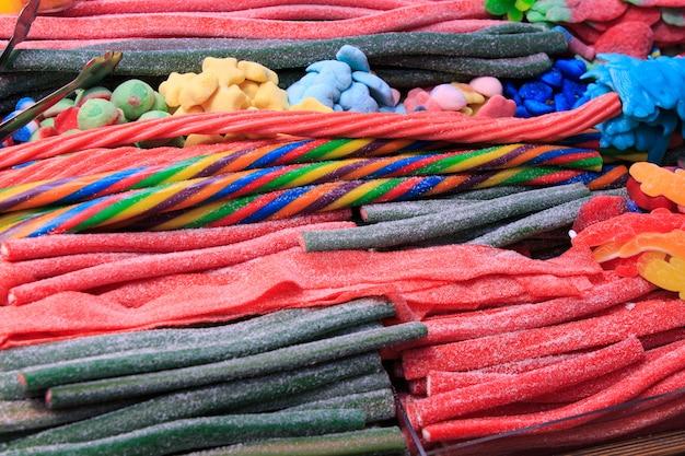 Różne rodzaje żelków i cukierków dla dzieci pełnych cukru