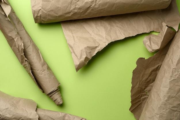 Różne rolki brązowego papieru do pakowania