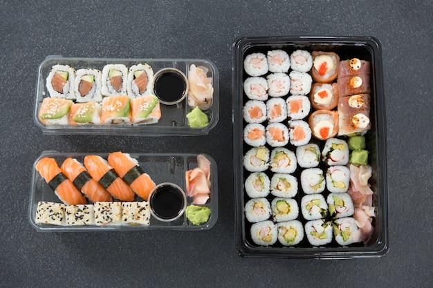 Różne rolki sushi na talerzu
