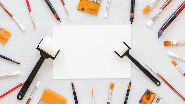 Różne rozmiary pędzla i papieru do kopiowania