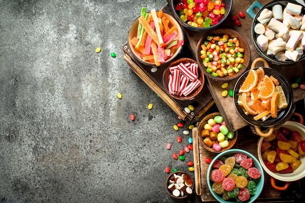 Różne słodycze, cukierki, galaretki, pianki i owoce kandyzowane.