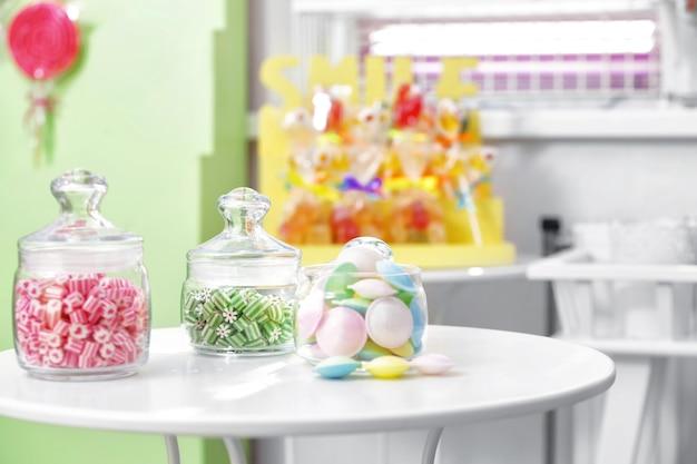 Różne słodycze w słoikach w sklepie ze słodyczami