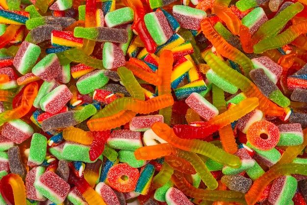 Różne smaczne cukierki żelki widok z góry
