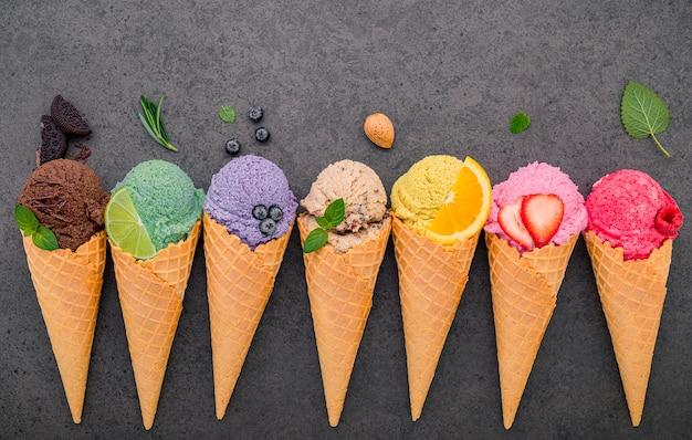 Różne smaki lodów w szyszkach