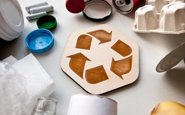 Różne śmieci z ikoną recyklingu pośrodku