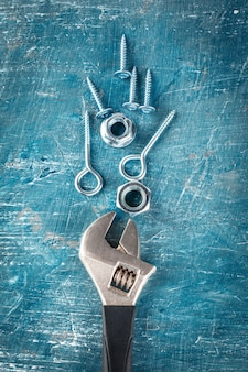 Różne stalowe nakrętki i śruby