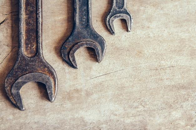 Różne stare klucze na drewnianym tle i przestrzeni kopii. widok z góry