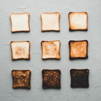 Różne stopnie opiekanych kromek chleba