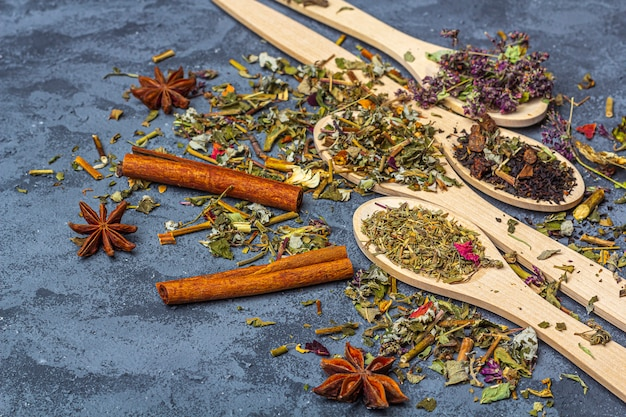 Różne suche herbaty w linii drewnianych łyżek
