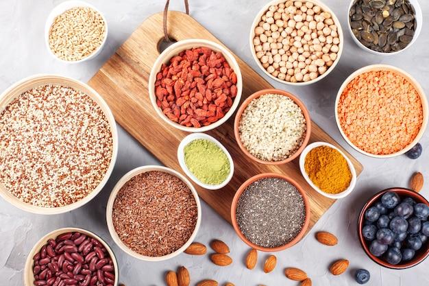 Różne superfoods, wegańskie, wegetariańskie zdrowe odżywianie koncepcja produktów ekologicznych