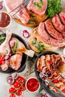 Różne surowe mięso gotowe do grilla i grilla