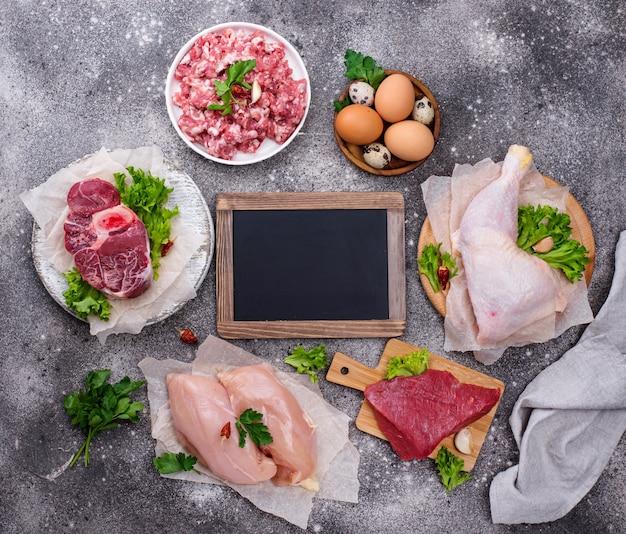 Różne surowe mięso, źródła białka zwierzęcego. koncepcja diety mięsożernych