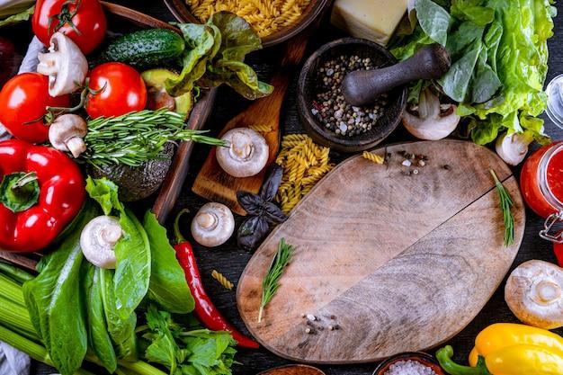 Różne surowe potrawy, warzywa i przyprawy tło widok z góry