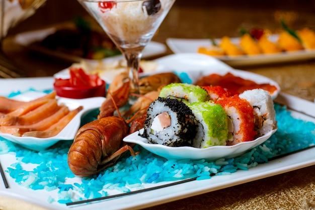 Różne sushi ustawione na stole