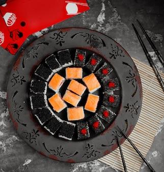 Różne sushi zestaw widok z góry