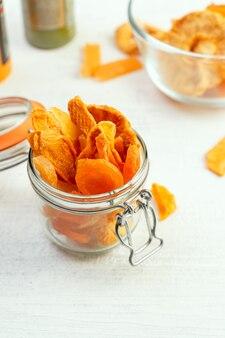 Różne suszone owoce, bez dodatku cukru, w szklanym słoiku. alternatywa dla zdrowej przekąski.