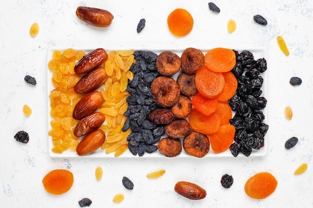 Różne suszone owoce, daktyle, śliwki, rodzynki, figi, widok z góry