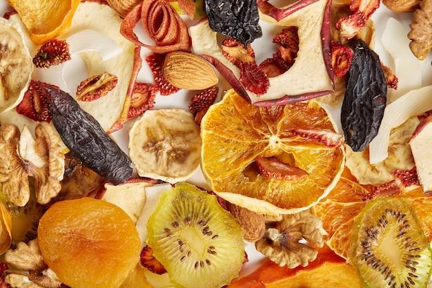 Różne suszone owoce i orzechy